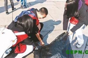 百名中学生天安门广场上岗捡垃圾 以行动呼吁环保